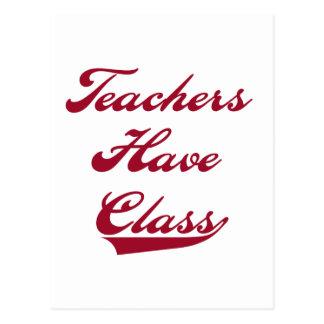 Los profesores tienen camisetas y regalos rojos de tarjetas postales