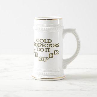 Los prospectores del oro lo hacen más profundo jarra de cerveza