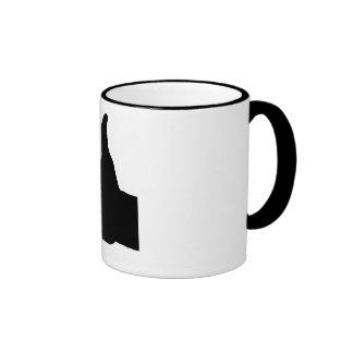 Los pulgares suben el gesto, blanco detrás taza de café