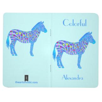 Los puntos coloridos de la cebra personalizan este cuadernos grapados