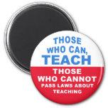 Los que pueden, enseñar, los que no pueden aprobar imán de nevera