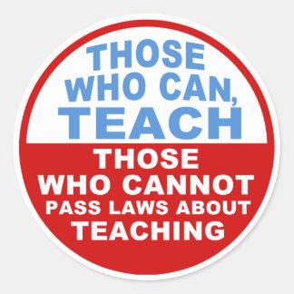 Los que pueden, enseñar, los que no pueden aprobar pegatina redonda