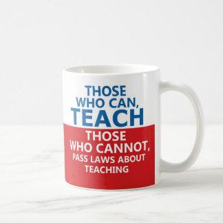 Los que pueden enseñar, los que pueden asaltar taza básica blanca