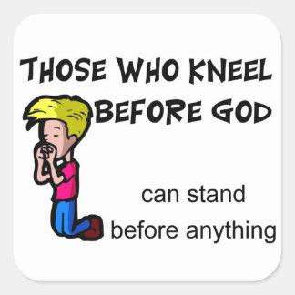 Los que se arrodillan antes de que dios pueda pegatina cuadrada