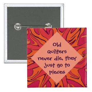 Los quilters viejos nunca mueren humor pin cuadrada 5 cm