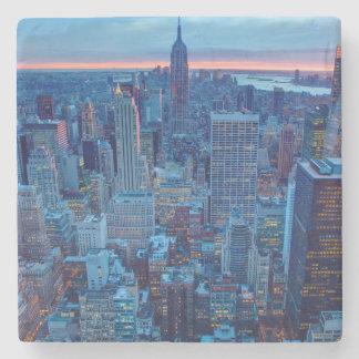 Los rascacielos de Manhattan se encienden Posavasos De Piedra