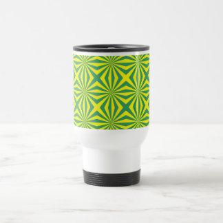 Los rayos de sol en verde y amarillo tejaron la tazas de café
