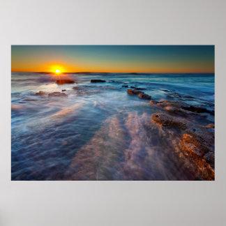 Los rayos de Sun iluminan el Océano Pacífico Póster