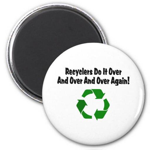 Los recicladores lo hacen repetidamente y encima o imán redondo 5 cm