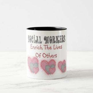 """Los regalos del asistente social """"enriquecen las taza de dos tonos"""