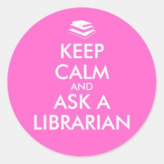Los regalos del bibliotecario guardan calma para pegatina redonda