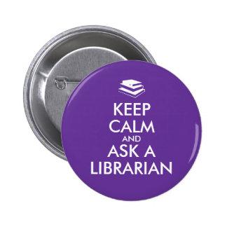 Los regalos del bibliotecario guardan calma para pin redondo de 2 pulgadas