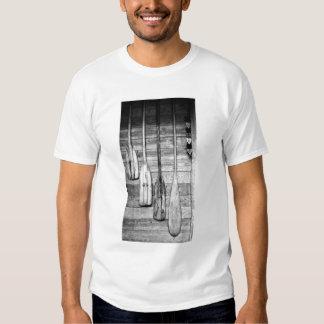 Los remos se cuelgan en vertiente de madera en camisas