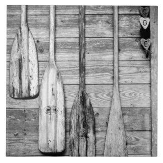 Los remos se cuelgan en vertiente de madera en Cyp Azulejo Cuadrado Grande
