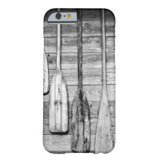 Los remos se cuelgan en vertiente de madera en funda para iPhone 6 barely there