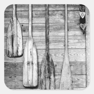 Los remos se cuelgan en vertiente de madera en pegatina cuadrada
