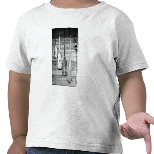 Los remos se cuelgan en vertiente de madera en camiseta