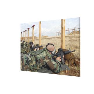 Los rifles de la vista M-4 de los soldados abajo Impresión En Lona Estirada