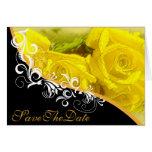 Los rosas amarillos guardan la invitación de boda