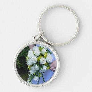 Los rosas blancos del llavero nupcial de la novia