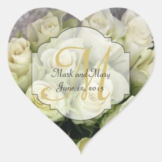 Los rosas blancos que casan la habitación se pegatina en forma de corazón
