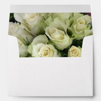 Los rosas blancos que casan la habitación se sobres
