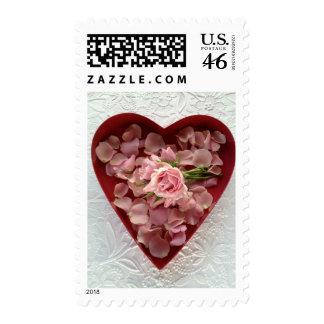 los rosas en una caja del corazón en textura sella