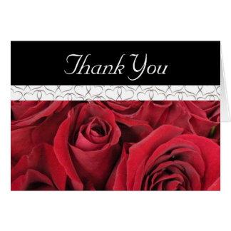 Los rosas rojos y los corazones le agradecen carda felicitación