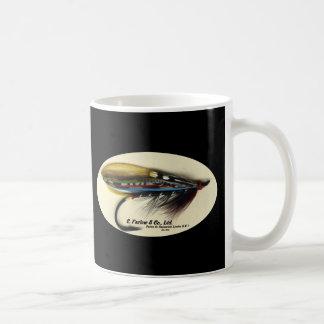 Los salmones vuelan el ala negra de la pluma del taza de café