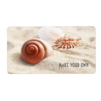Los seashells en el cierre de la arena para arriba etiquetas de envío