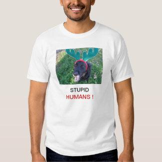 Los seres humanos estúpidos persiguen el perro playeras