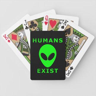 Los seres humanos existen los naipes de la