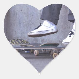 Los skateres toman un resto pegatina en forma de corazón