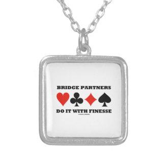 Los socios del puente lo hacen con la delicadeza pendientes