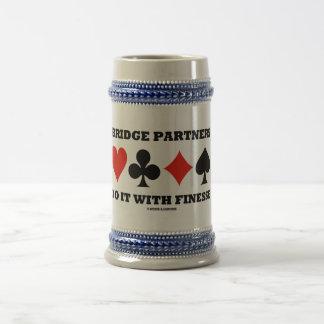 Los socios del puente lo hacen con la delicadeza ( jarra de cerveza