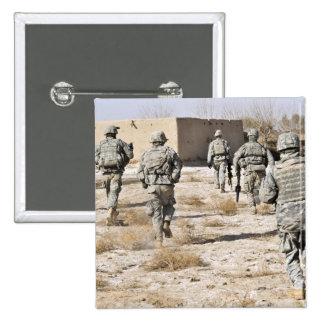 los soldados responden a un ataque de las armas pin cuadrada 5 cm