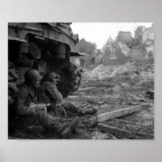 Los soldados y las armas de WWII cerca queman el t Posters