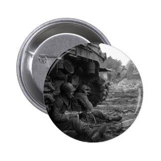 Los soldados y las armas de WWII cerca queman el t Pins