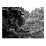 Los soldados y las armas de WWII cerca queman el t Tarjetas Postales