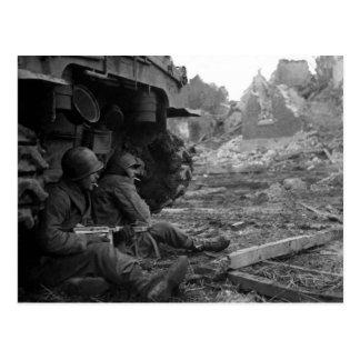 Los soldados y las armas de WWII cerca queman el t
