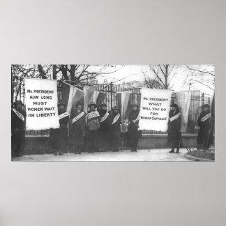 Los Suffragettes cercan con piquete la Casa Blanca Posters
