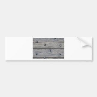 Los tablones de madera con los clavos cuadrados te etiqueta de parachoque