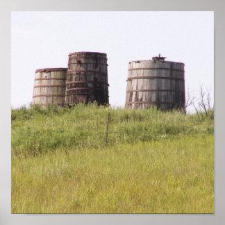 Los tanques de almacenamiento viejos de aceite poster