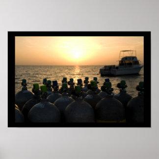 Los tanques del equipo de submarinismo y barco de póster