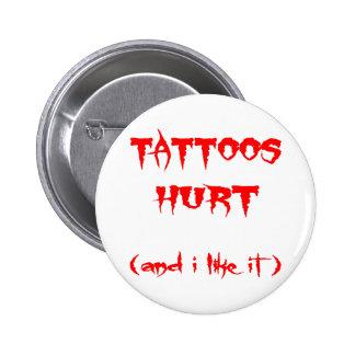 Los tatuajes dañados y yo tenemos gusto de él pin redondo 5 cm
