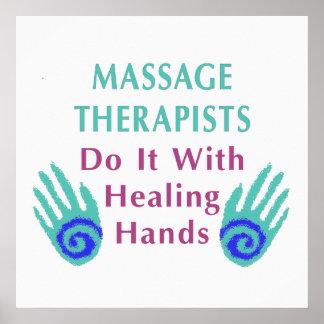 Los terapeutas del masaje lo hacen con las manos c póster