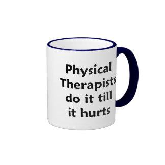 Los terapeutas físicos hacen él hasta que daña la  taza de café