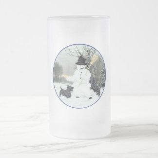 Los terrieres escoceses construyen un muñeco de taza de cristal