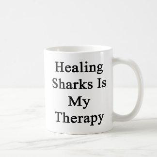 Los tiburones curativos son mi terapia taza de café
