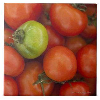 Los tomates rojos y verdes con a para la venta fir azulejo cuadrado grande